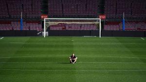 Dois-je m'entraîner seul pour réussir dans le football ?